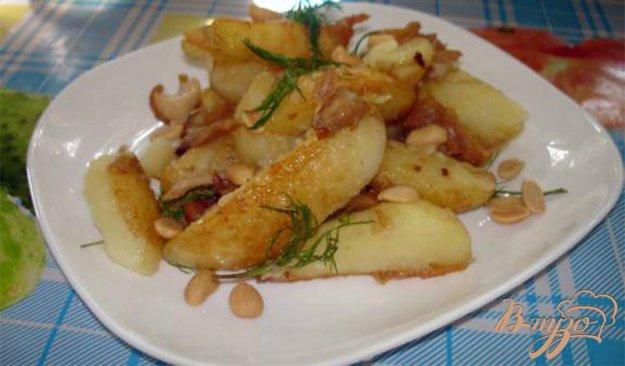 фото рецепта: Молодой картофель с курицей, беконом и соленым арахисом