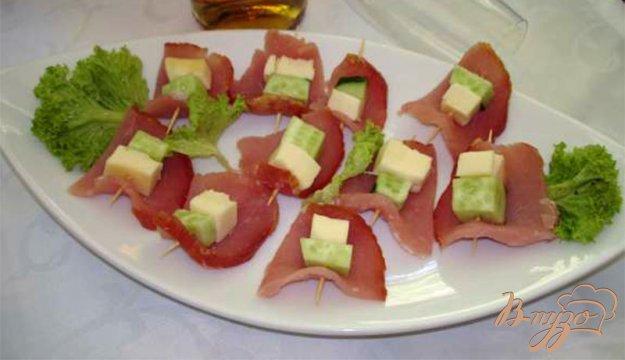 Рецепт Канапе из балычка с огурцом и сулугуни