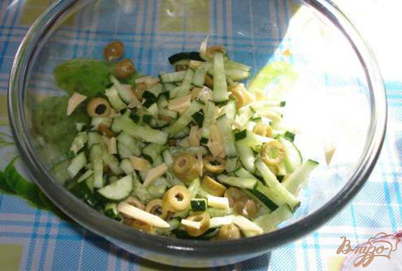 Фото приготовление рецепта: Оливковый салат с огурцом и яйцом шаг №3