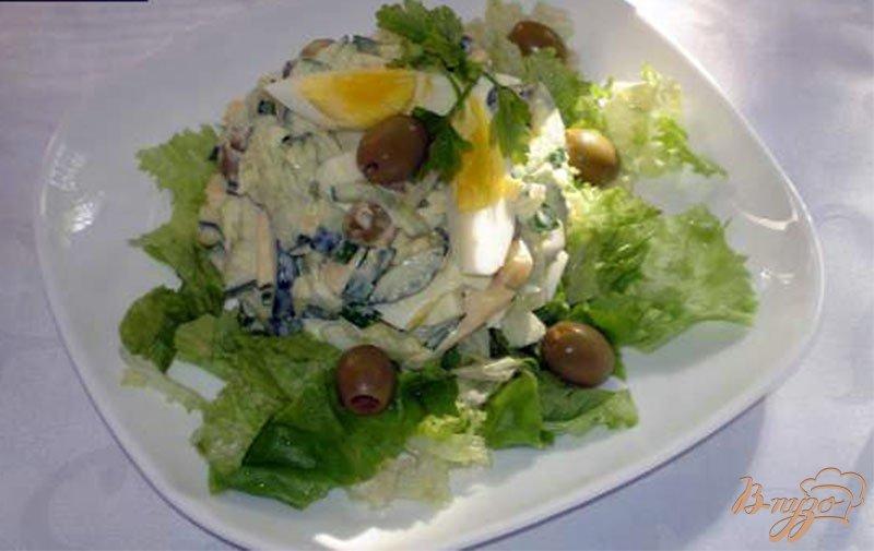 Фото приготовление рецепта: Оливковый салат с огурцом и яйцом шаг №4