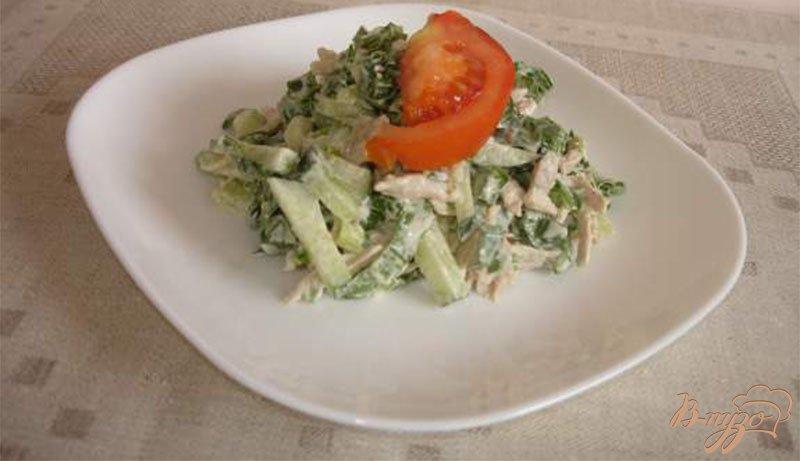 Фото приготовление рецепта: Овощной салат с черемшой и куриным мясом со сметаной шаг №4