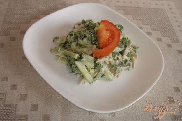 фото рецепта: Овощной салат с черемшой и куриным мясом со сметаной