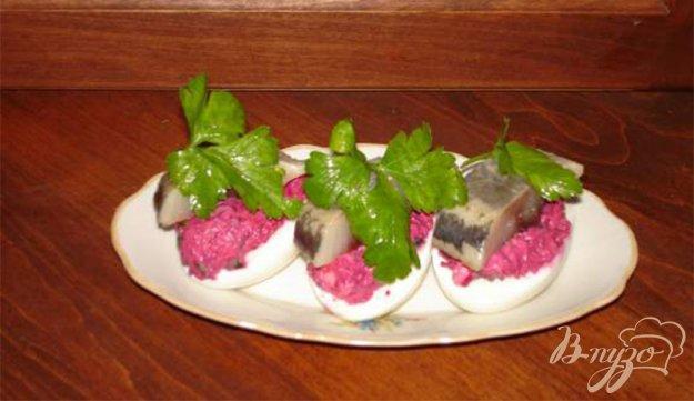 Рецепт Яйца, фаршированные овощами и селедкой