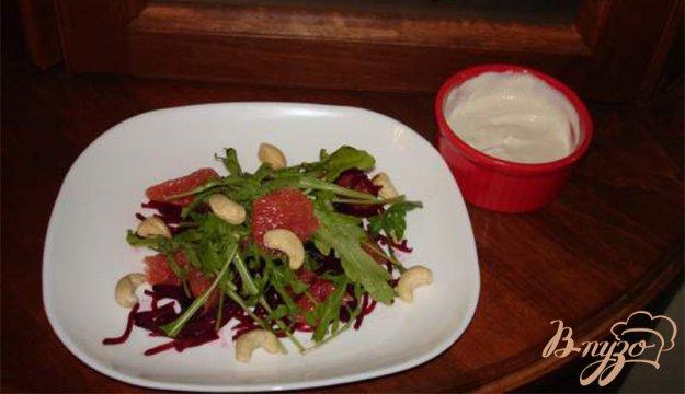 фото рецепта: Cалат с рукколой, свеклой и грейпфрутом