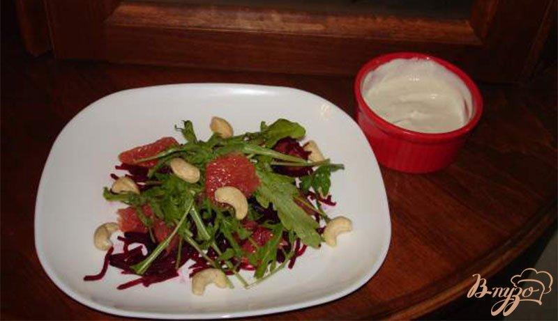 Фото приготовление рецепта: Cалат с рукколой, свеклой и грейпфрутом шаг №7