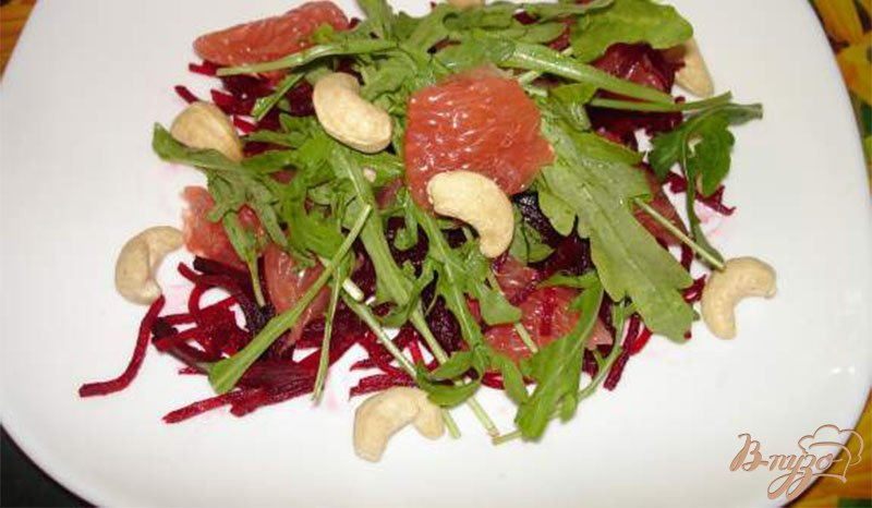Фото приготовление рецепта: Cалат с рукколой, свеклой и грейпфрутом шаг №5