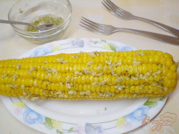 фото рецепта: Отварная кукуруза с чесноком и зеленью