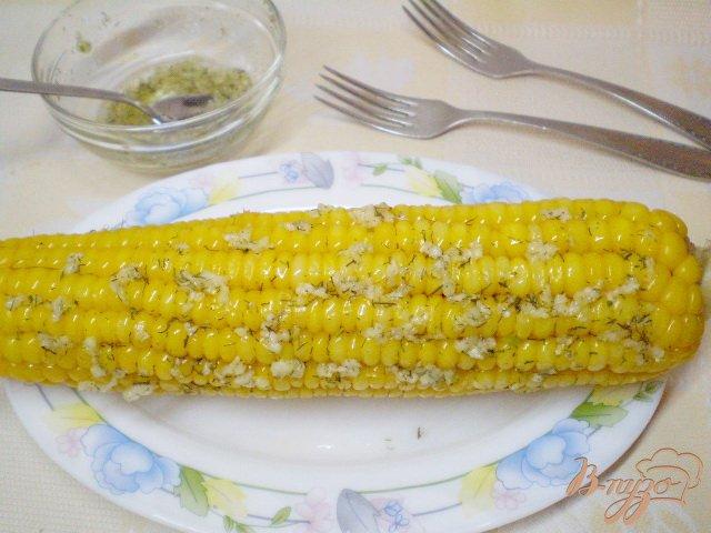 Фото приготовление рецепта: Отварная кукуруза с чесноком и зеленью шаг №5