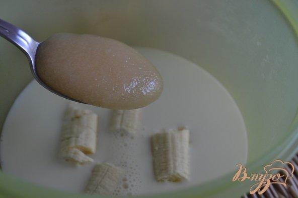 Фото приготовление рецепта: Банановое молоко с медом шаг №2