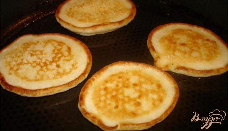 Фото приготовление рецепта: Пышные оладушки без яиц шаг №3