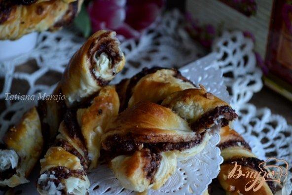 Фото приготовление рецепта: Брецель с шоколадом и орехами шаг №9