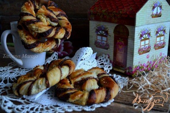 Фото приготовление рецепта: Брецель с шоколадом и орехами шаг №8