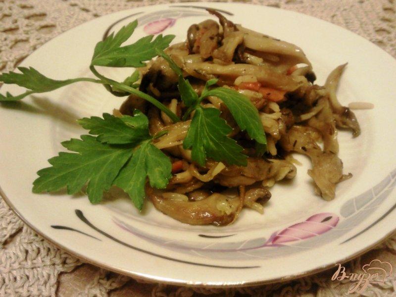 Фото приготовление рецепта: Рис с вешенками шаг №4