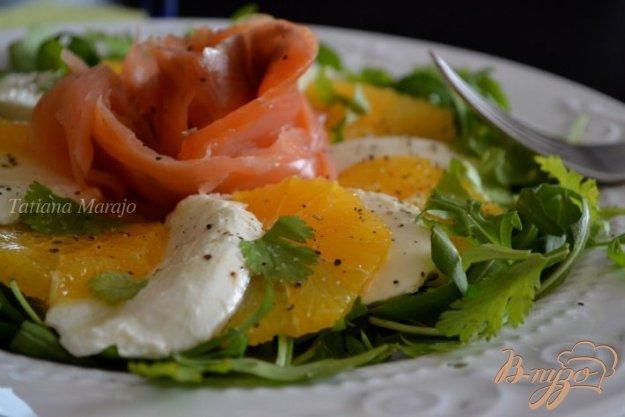Рецепт Салат с моцареллой, апельсином и копченой семгой