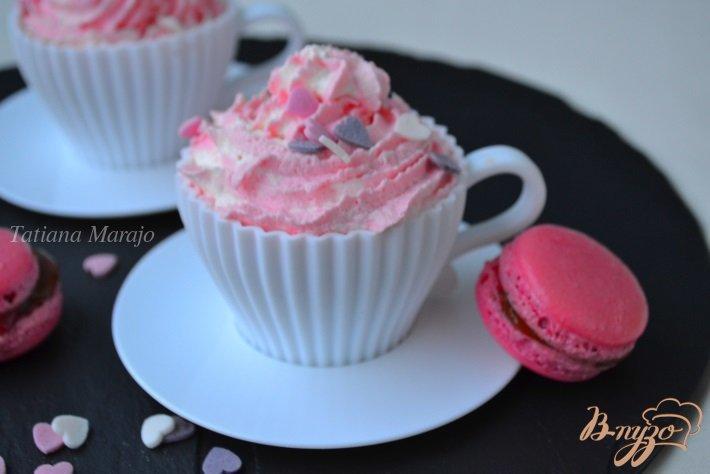 Фото приготовление рецепта: Бисквит с белым шоколадом и взбитыми сливками шаг №9