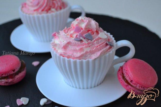 фото рецепта: Бисквит с белым шоколадом и взбитыми сливками