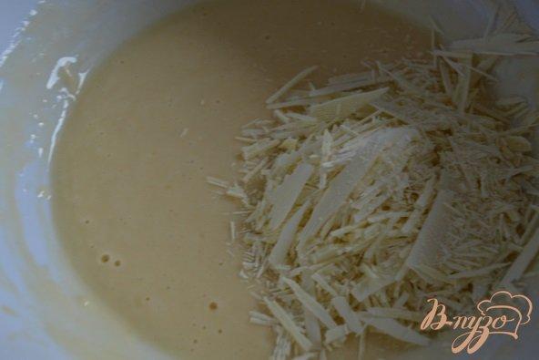 Фото приготовление рецепта: Бисквит с белым шоколадом и взбитыми сливками шаг №5