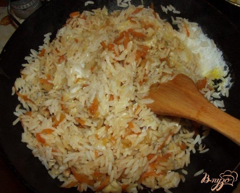 Фото приготовление рецепта: Рис с соевым соусом и овощами шаг №5