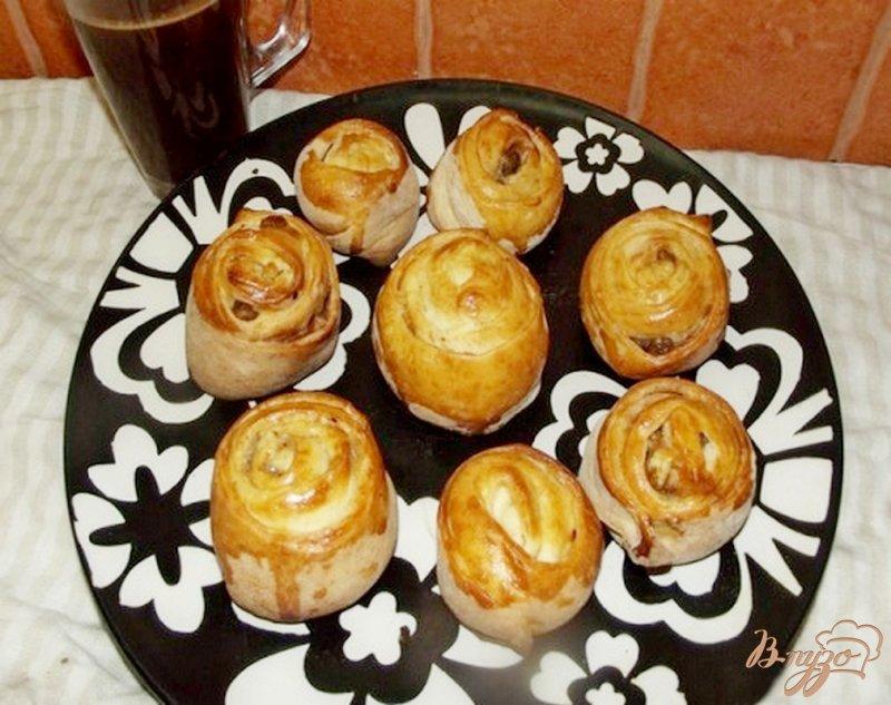 Фото приготовление рецепта: Булочки с корицей и изюмом шаг №8