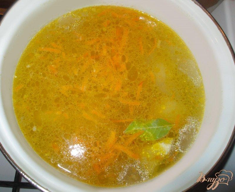 Фото приготовление рецепта: Куриный суп с лапшой шаг №4