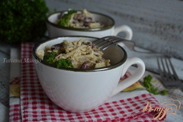 Фото приготовление рецепта: Салат с копчеными рыбными консервами шаг №4