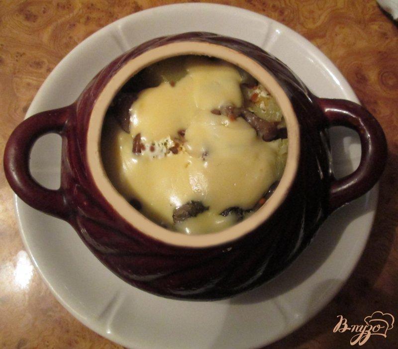Фото приготовление рецепта: Картошка тушеная с грибами и курицей в горшочке шаг №8
