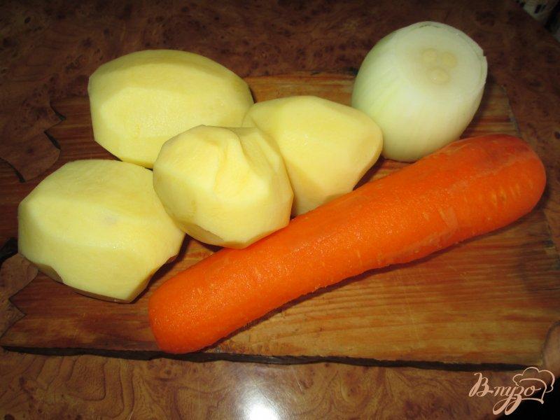 Фото приготовление рецепта: Картошка тушеная с грибами и курицей в горшочке шаг №1