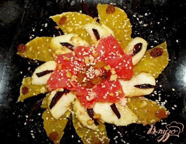 фото рецепта: Фруктовый салат с сухофруктами и орехами