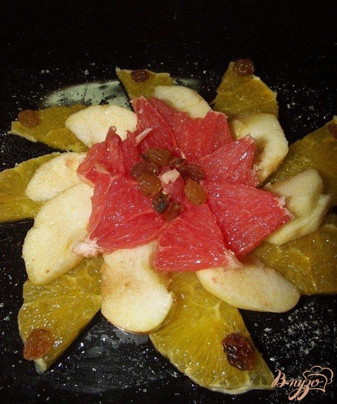 Фото приготовление рецепта: Фруктовый салат с сухофруктами и орехами шаг №4