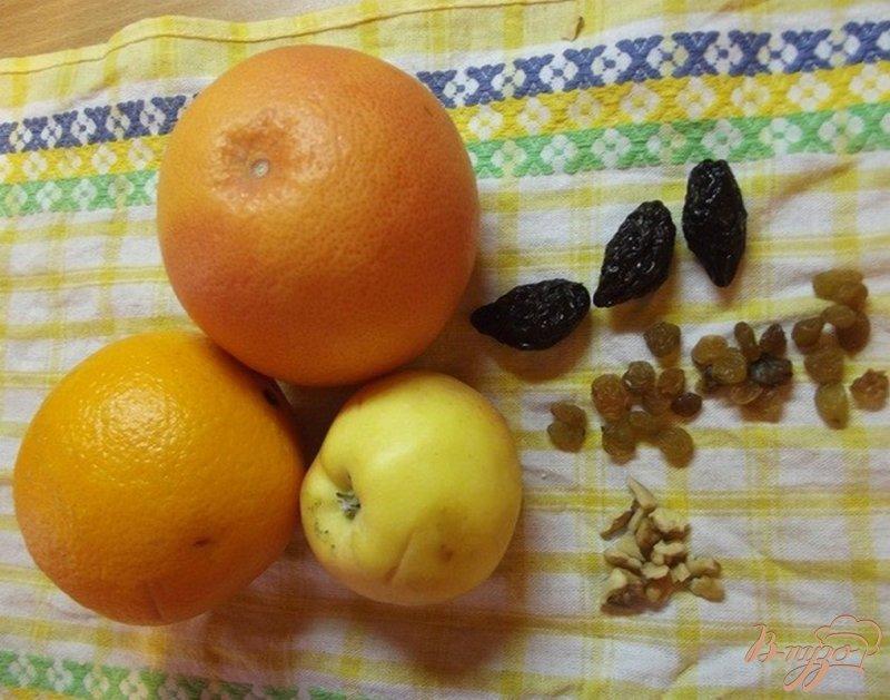 Фото приготовление рецепта: Фруктовый салат с сухофруктами и орехами шаг №1