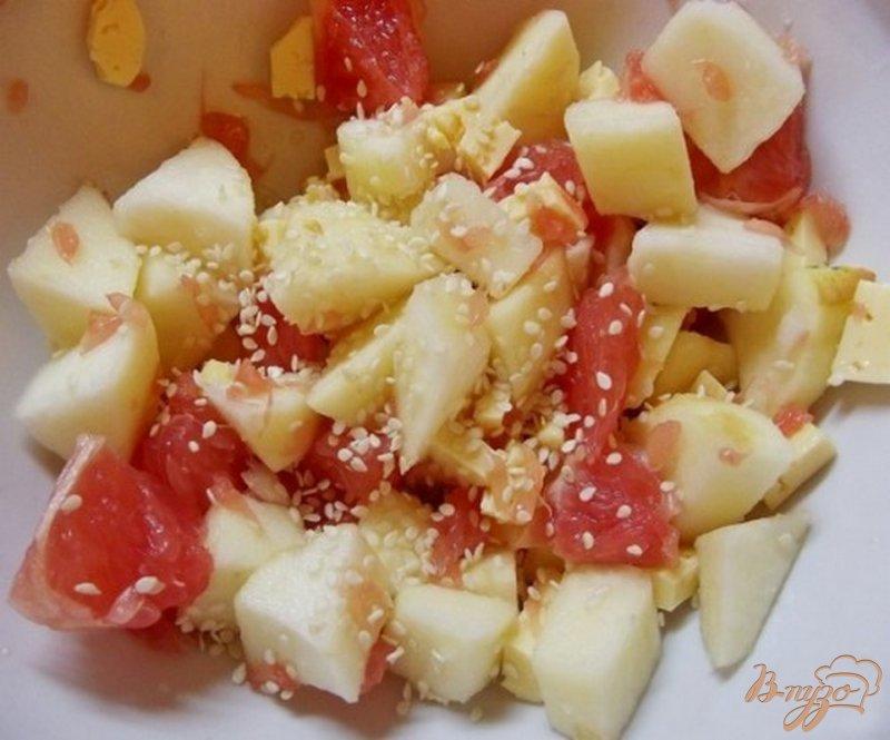 Фото приготовление рецепта: Салат фруктовый с сыром шаг №3