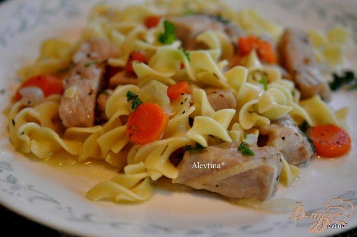 Фото приготовление рецепта: Cвинина с овощами и яичной лапшой шаг №4