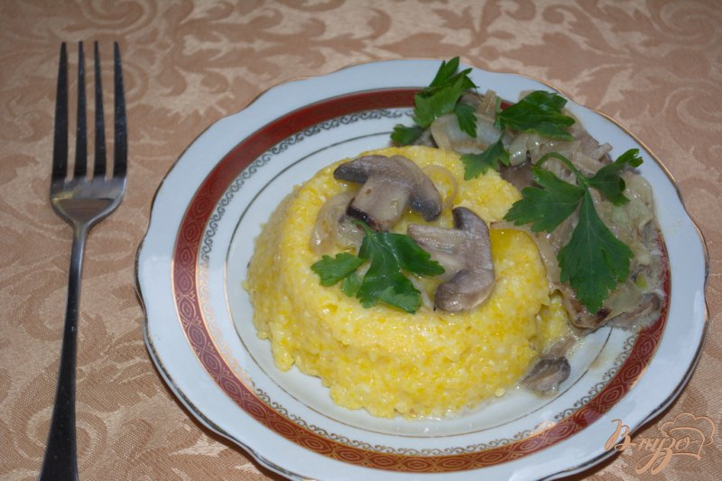 Фото приготовление рецепта: Кукурузная каша с грибным соусом шаг №5