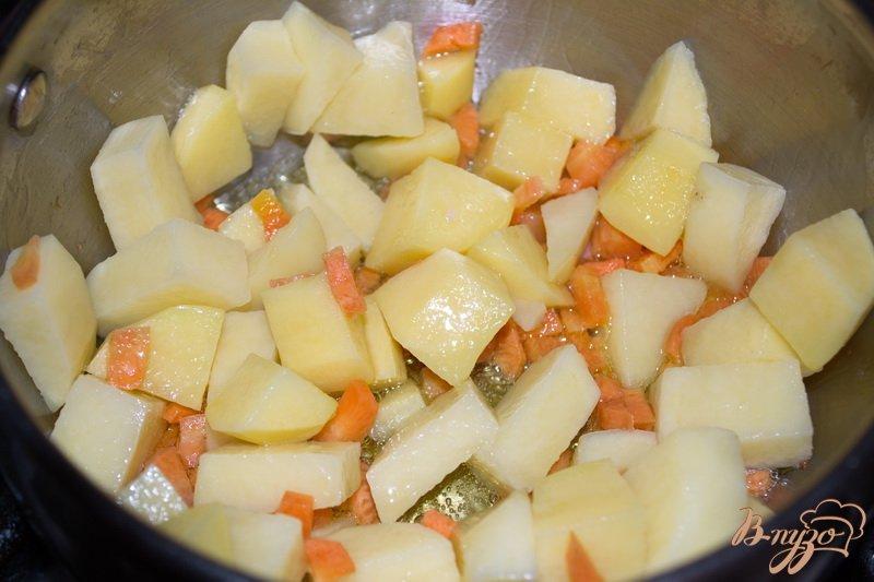 Фото приготовление рецепта: Суп с брокколи и сыром шаг №3