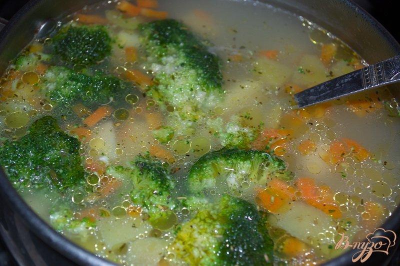 Фото приготовление рецепта: Суп с брокколи и сыром шаг №4