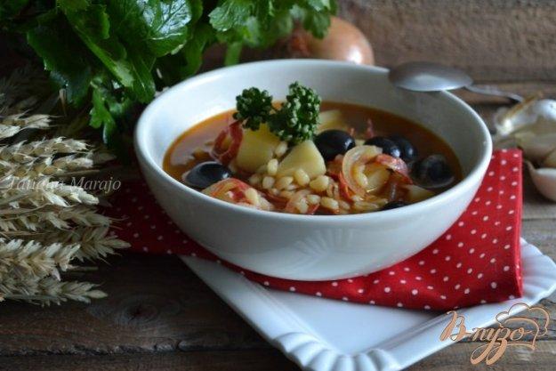 фото рецепта: Густой суп с перловкой и маслинами