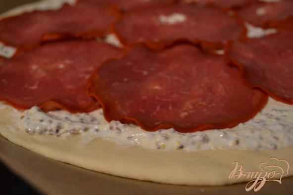 Фото приготовление рецепта: Пицца с  бастурмой и яблоком шаг №3