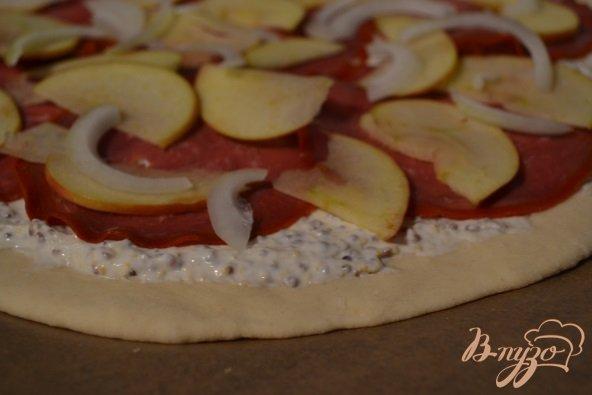 Фото приготовление рецепта: Пицца с  бастурмой и яблоком шаг №4