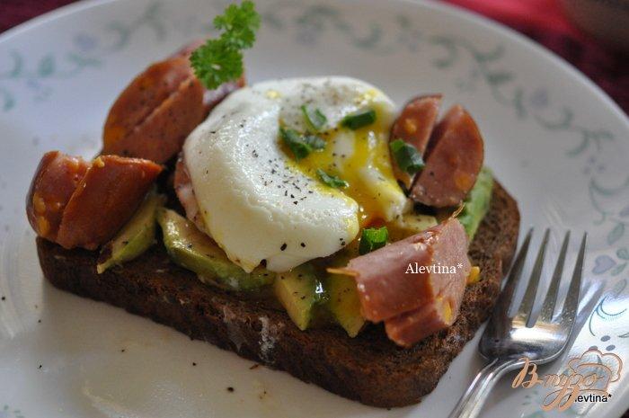 Фото приготовление рецепта: Яйца пашот с авокадо ,помидорами и сосиской шаг №3