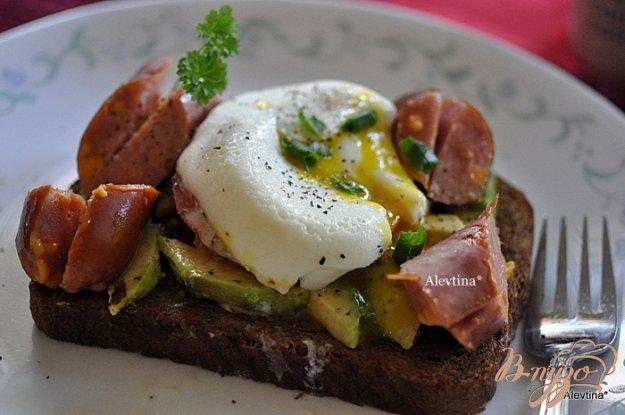 фото рецепта: Яйца пашот с авокадо ,помидорами и сосиской