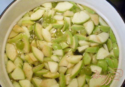 Компот из яблок, винограда с мятой и эхинацеей