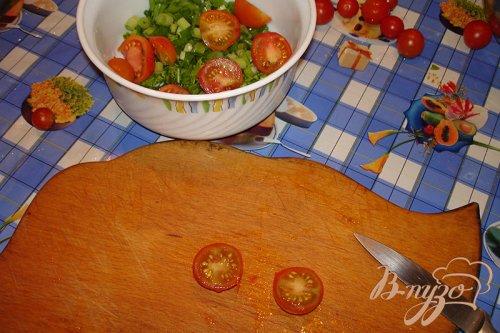 Сочный салат с помидорами черри, яйцами и оливками