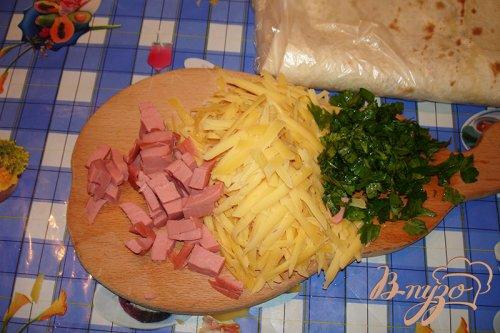 Лаваш с сыром и колбасой на сковороде
