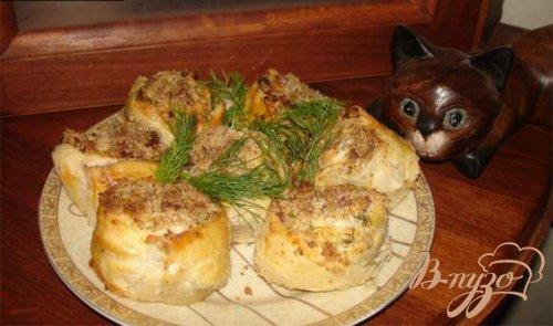 Ореховые столбики из слоеного теста с ветчиной и сыром