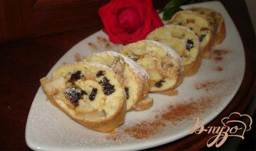 Фантастический яблочный пирог-рулет с черносливом