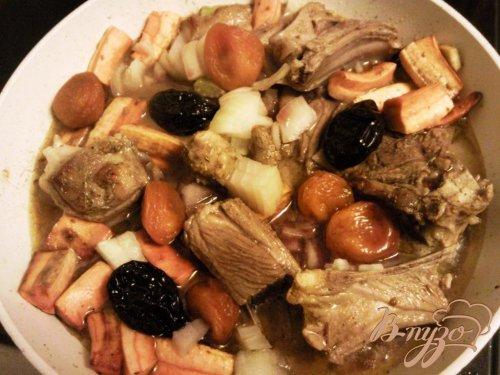 Баранина, тушенная  с сухофруктами и овощами
