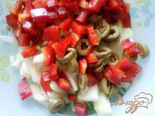 Салат с оливками и вареной колбасой
