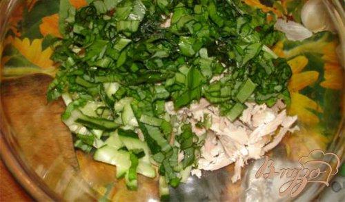 Овощной салат с черемшой и куриным мясом со сметаной