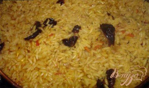 Мясо с гарниром из риса, с черносливом и черемшой
