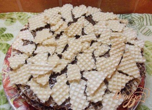Темный вафельный торт с яблоком